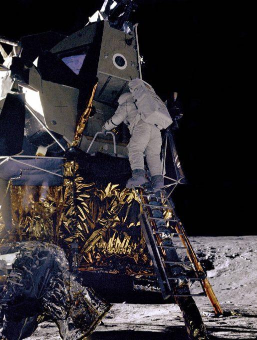 Alan Bean wychodzący z Interpida. 4. człowiek w historii na Księżycu. (źródło: NASA)