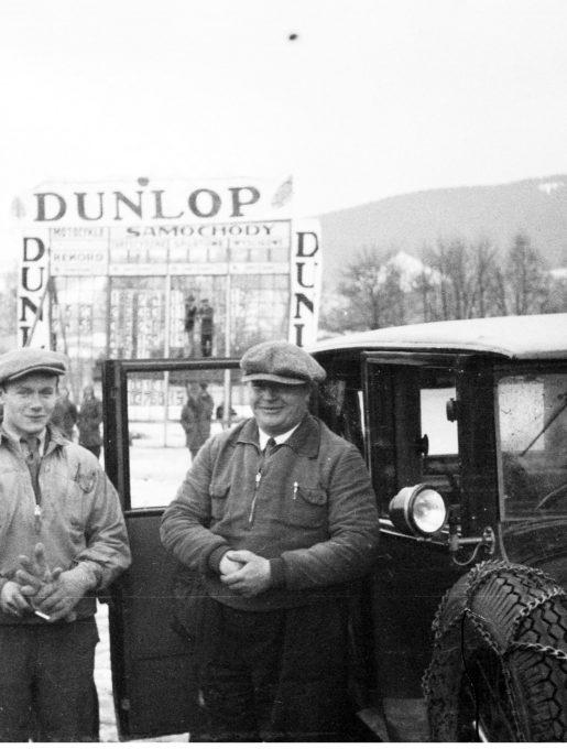 Kierowca Karol Judasz (z prawej) przy samochodzie Marjana Dąbrowskiego, 1931r. (źródło: NAC)