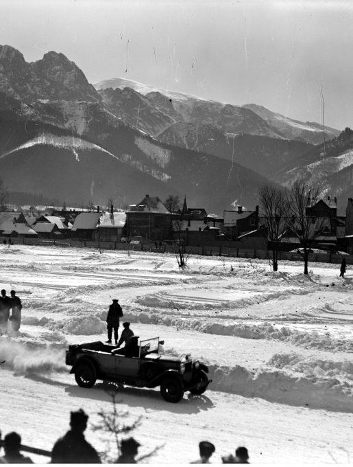 Zawody skijöringowe w Zakopanem, w tle widoczny Giewont, 1930 (źródło: NAC)